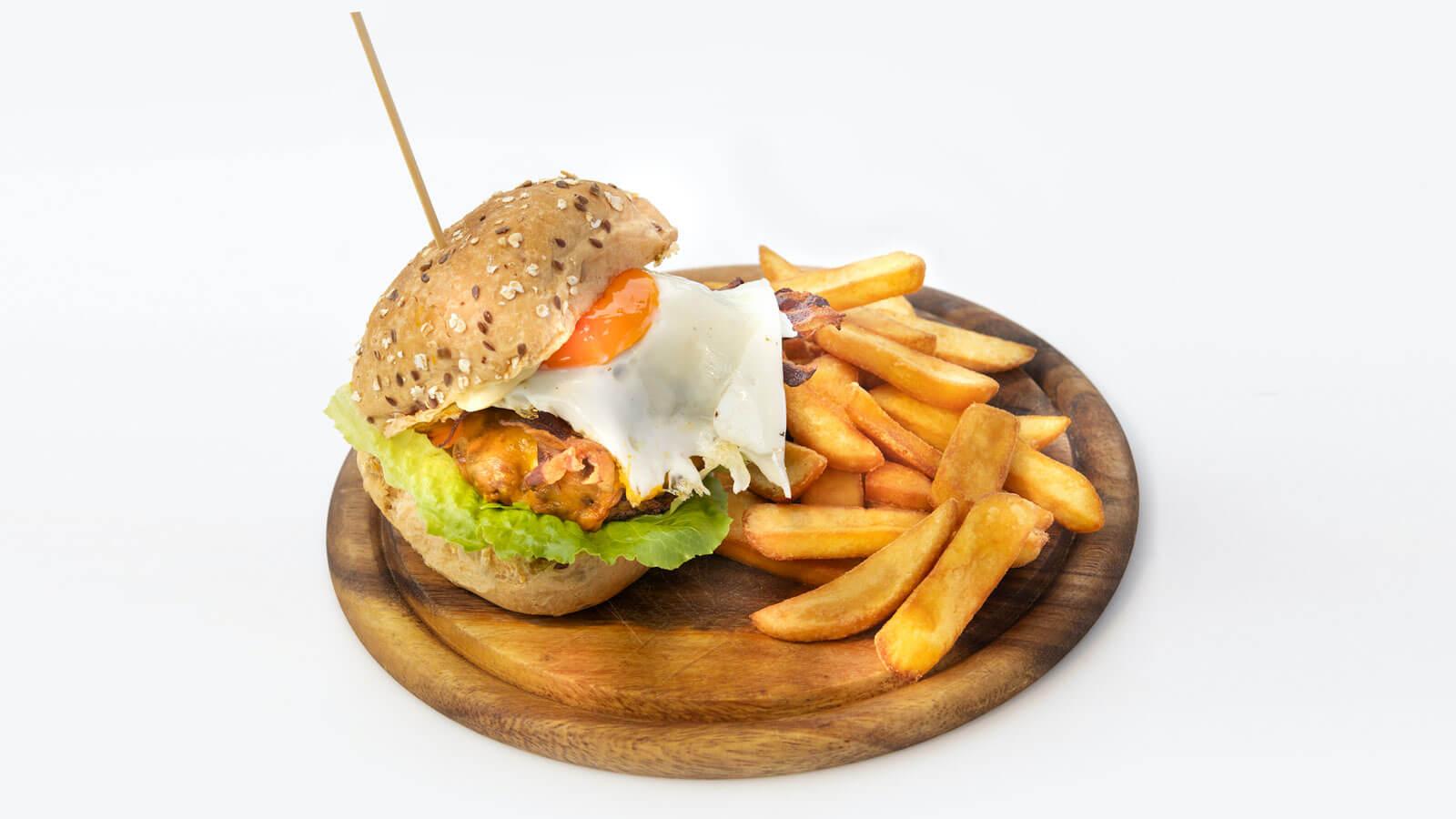 Burger di Carne con Cheddar, Uovo, Pomodoro e Lattuga
